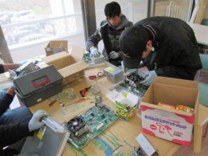 画像:はやぶさグループより PC解体頑張っています!